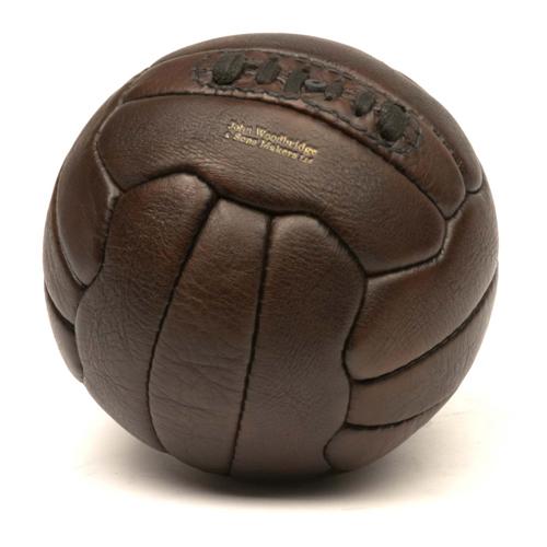 Ballon de football en cuir vintage années 1950