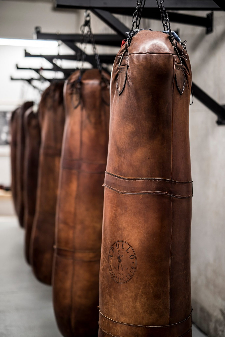 Sac de frappe de boxe vintage en cuir à Apollo Sporting Club Paris