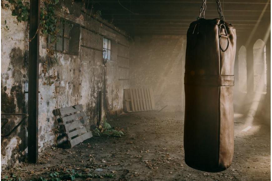 photo shoot friche industrielle pour le sac de frappe de boxe john woodbridge. Black Bedroom Furniture Sets. Home Design Ideas